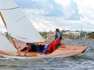 EYSTRA 5 m-luokan veneen kunnostus osa 6 – Ongelmat kannen lakkauksen kanssa