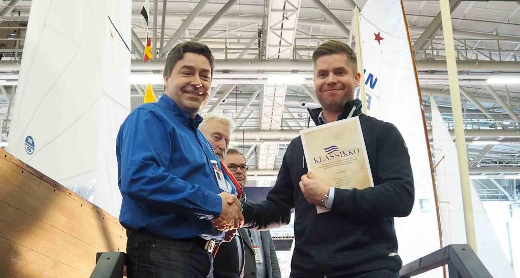 Tomi Tarpion Ahti hyväksytään Klassikkovenerekisteriin ja hän saa klassikkotodistuksen veneelleen Niko Nuotilta, joka on klassikkoraadin puheenjohtaja.
