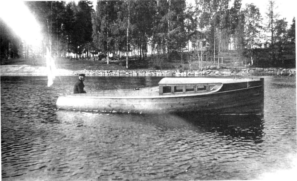 Luotsi Paavo Halonen istuu moottoriveneessä.
