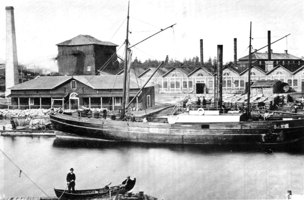 Oravi Brukilla oli kolme toiminta-aikaa. Kuvassa höyrypurjeöaiva Dagmar ja taustalla tehtaan masuunit.