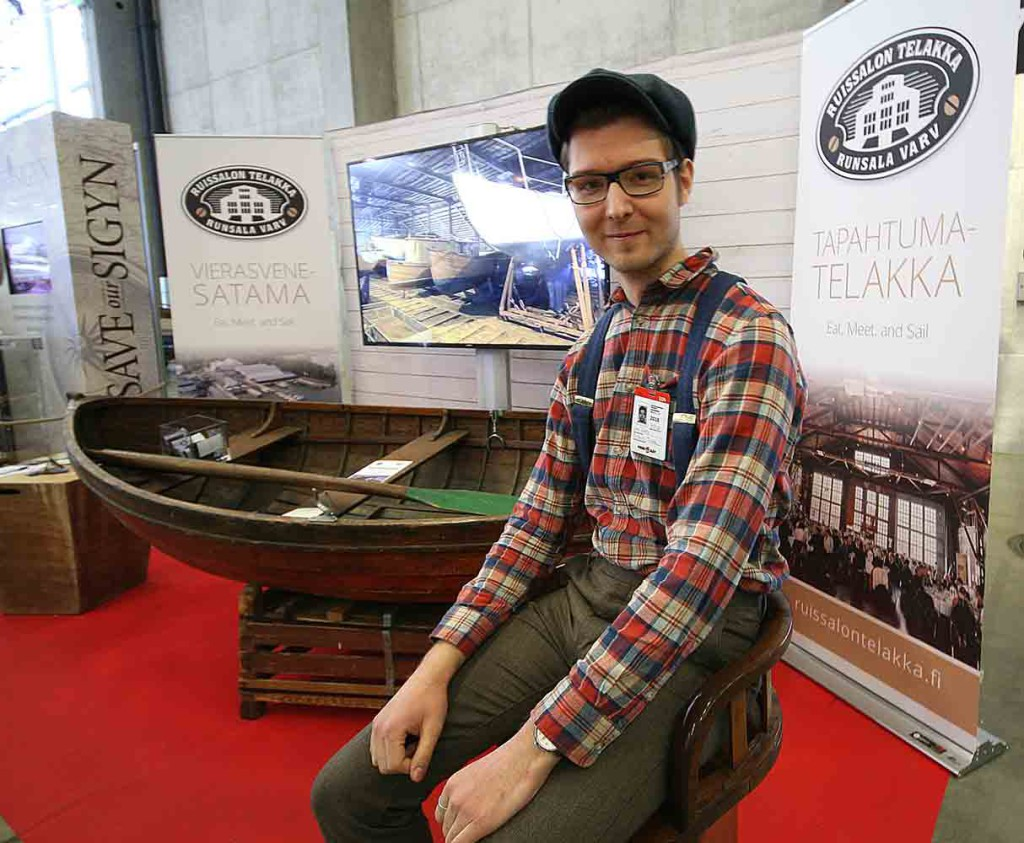 Jani Vahto esitteli Helsingin venemessuilla vuonna 2018 Ruissalon telakan kehitysta ja suunnitelmia alueen kehittämisestä puuvenekulttuuria tukemaan. KUVA: Yrjö Klippi