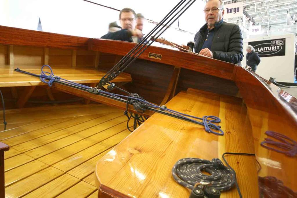 Veneen purjehdittavuudesta kertoo paljon se, että omistaja on asennuttanut kunnollisen levangin, jolla veneen kulkua saadaan optimoitua tuulen navakoituessa.