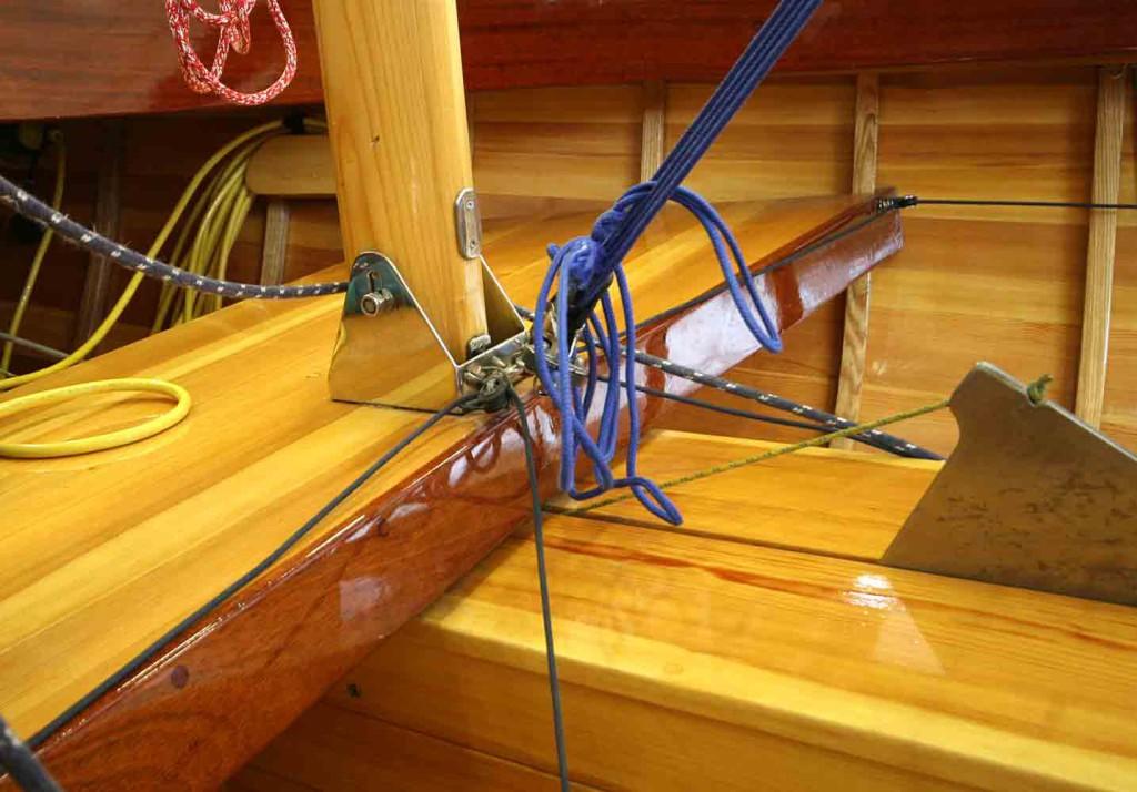 Maston saa yksinkin helposti pystyyn ja myös laskettua. Nostokölin nostin on saatu sijoitettua näppärästi köliin porattuun reikään.