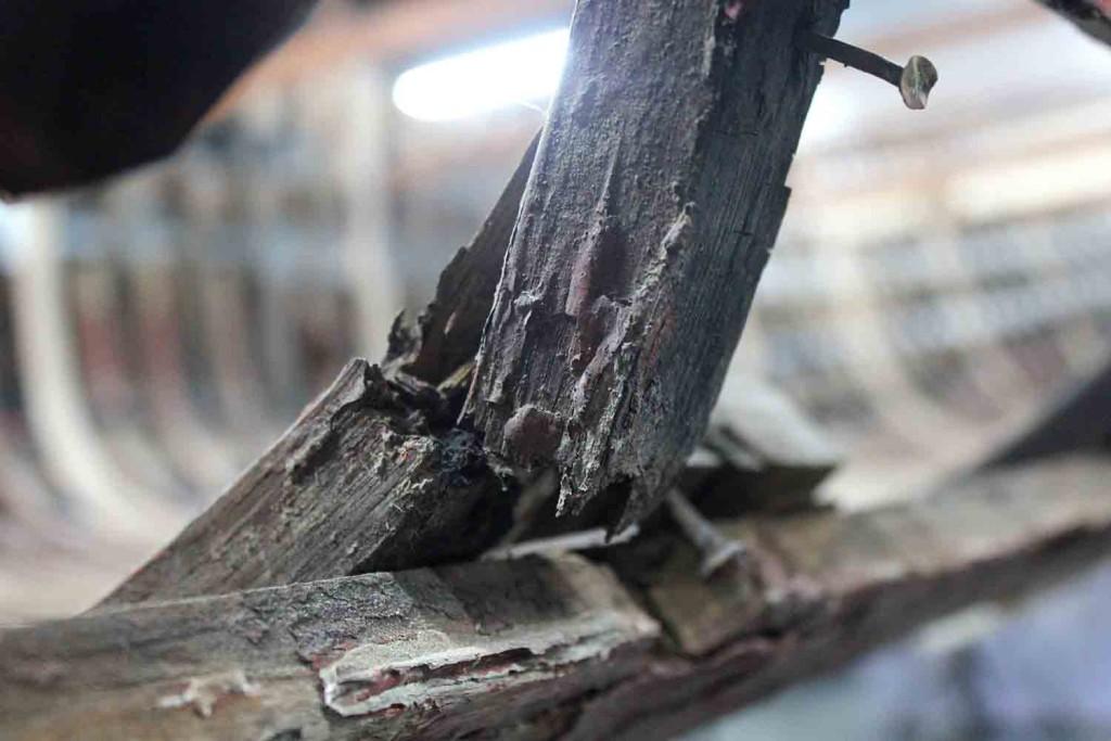 Suurin osa painokaarista oli poikki ja puu oli alkanut lahota jo vuosia sitten. Ne olivat korjauskelvottomia. KUVA: Jani Vahto