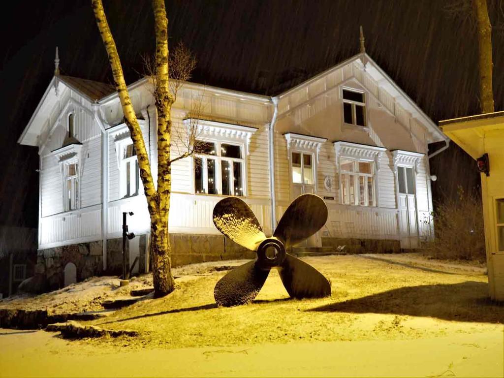 Talvinen kuva veistämön toimistorakennuksesta, jossa myös aikoinaan suunnitteli veneitä Jarl Lindblom.