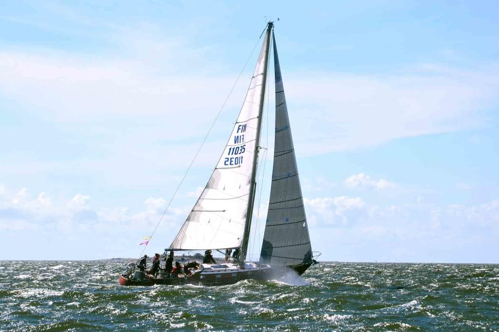 Pam vauhdissa. Isot avomeriveneet purjehtivat reivaamattomina.