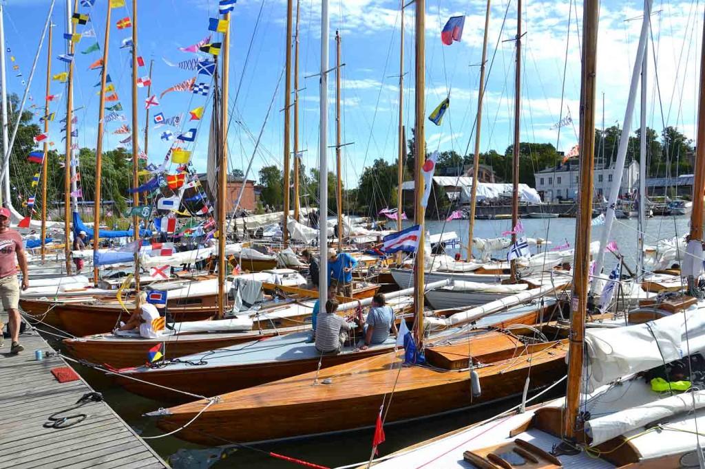 Suomenlinnan Pursiseuran satama oli taas näyttävä, juhlalippuja, mahonkia ja iloisia veneilijöitä.