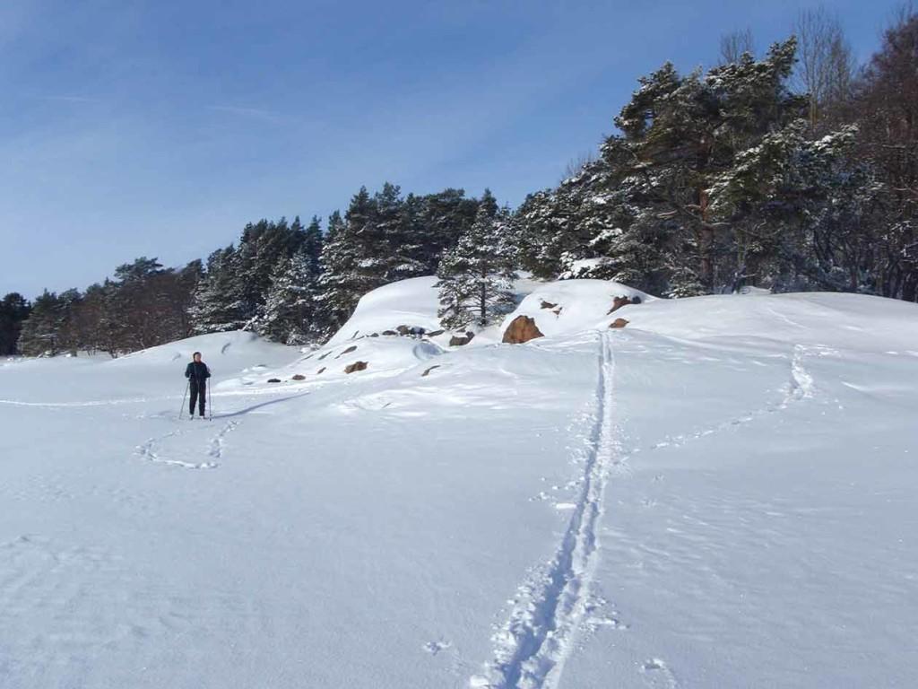 Hiidettäessä lumisella jäällä on tiedettävä mitkä salmet ovat virtauksille alttiita. Niiden läpi kannattaa hiihtää saaren rantojen läheisyydessä.