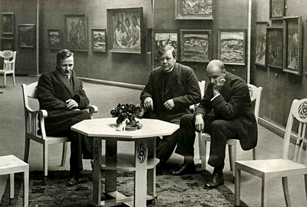 Sallinen, Rissanen ja Cawén kuvattiin näyttelytilassaan Salon Strindbergissä apeissa avajaistunnelmissa, koska näyttelyyn ei uskallettu tulla kaupungissa vallinneen sekavan ja vaarallisen tilanteen vuoksi. Kuva: yksityiskokoelma.