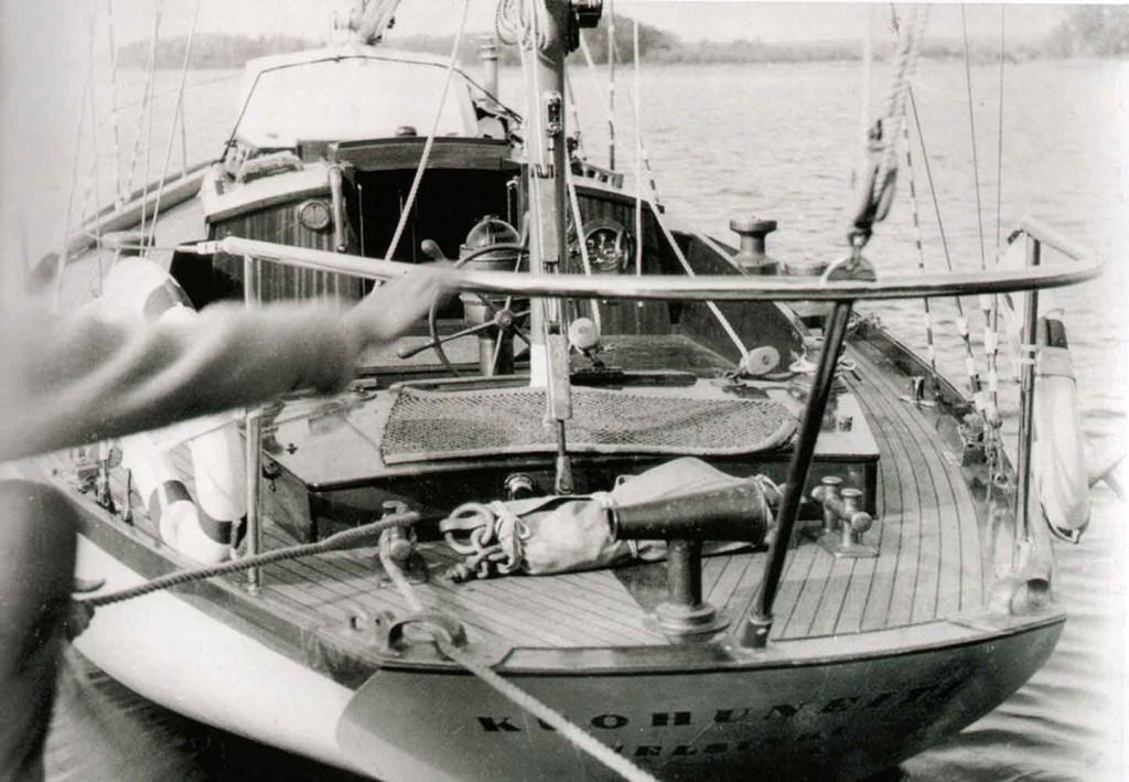 """""""Kuohuneiti"""" on juuri vesille laskettuna. Vasemmalla näkyvä käsi on Tauno Rouhiaisen, jonka voi tuntea hänen harmaasta villapaidastaan. (Kuva: Risto Kristeri)"""