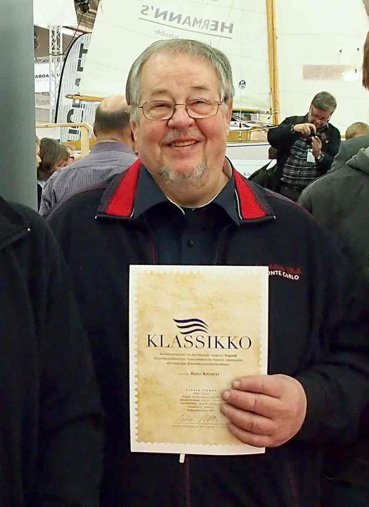 Risto Kristeri esittelee Najadin saamaa Klassikovenerekisteriin hyväksymisen todistusta.